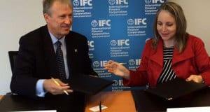 Dr. Nick Rischbieth, presidente Ejecutivo del BCIE e Irene Arias,  directora de América Latina y el Caribe de IFC.