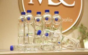 La botella de Agua Costa Rica está diseñada para doblarse y pasar a convertirse en una teja.