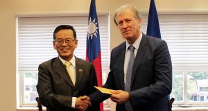 El embajador de la República de China (Taiwán), Joseph Kuo entregó la donación al presidente ejecutivo del BCIE, Dr. Nick Rischbieth.